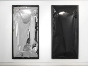A gauche, Sans titre, 2016, acier inoxydable, cadre laqué noir A droite, Sans titre, 2016, aluminuim laqué